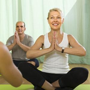 Casal fazendo Yoga